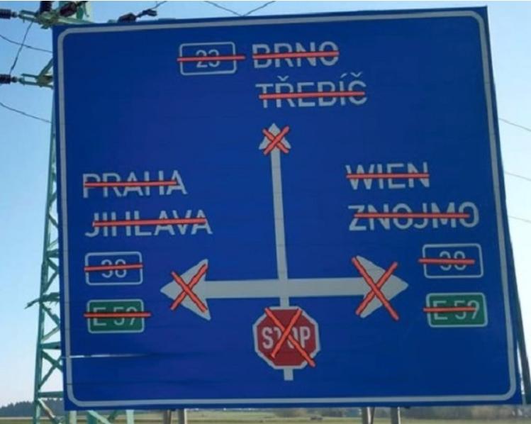 На перекрестке в Чехии установили абсурдный дорожный знак