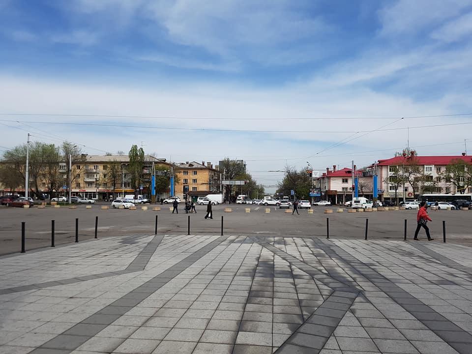 В Алматы убирают парковку на площади у «Атакента»