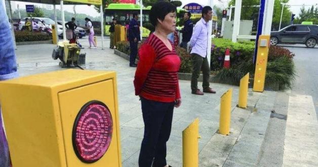 Китае пешеходов-нарушителей обливают водой